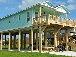 NEW home -Just 1-block from the beach, 2 big-Decks, Galveston
