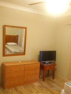 Cómoda y TV dormitorio 2 camas