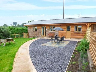 THE STABLE * ROSE COTTAGE superb barn conversion, open plan, pet-friendly, close