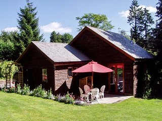 WOODPECKERS COTTAGE, romantic studio accommodation, WiFi, parking, woodburner, Church Stretton