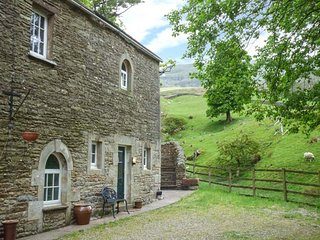 THE HUNTSMAN, ground floor apartment, king-size bed, ample parking, walks from the door, Kirkby Stephen, Ref 939836