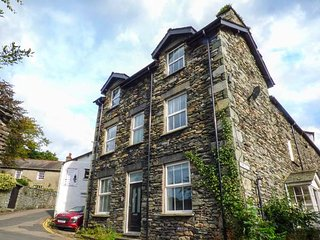 LOUGHRIGG VIEW, slate cottage, en-suite, WiFi, walks from the door, in