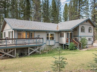 Big & Cozy 6BR, 4BA Home Minutes to Heavenly – Epic Game Room, Hot Tub & HBO, South Lake Tahoe