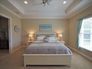 Naples Beach House -4 bedroom plus sleeping den - Heated Pool and Spa, Nápoles