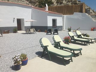 Holiday Cave House with Beautiful Views - Cueva Geco, Castillejar