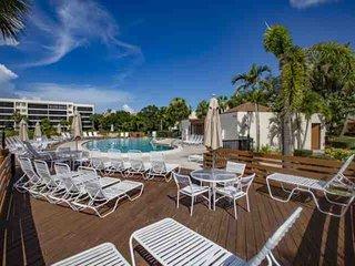 Private Beach Access, Gulf Views, WiFi/Cable, Pool, Renovated Condo With Ameniti