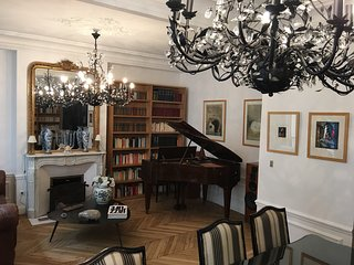 Luxurious apartment Luxembourg garden piano