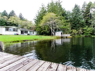 Spacious, waterfront, dog-friendly home w/ dock & private hot tub, Florença