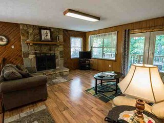 Secluded Gatlinburg Getaway w/ Hot Tub, 3.3 Miles to Downtown & 10 Miles to Doll
