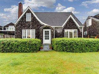 Charming cottage w/ocean views, deck & fenced yard - beach access, Gearhart