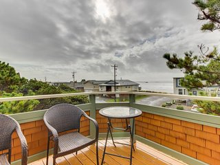 Cozy cottage with ocean views, elevated deck, close beach access!