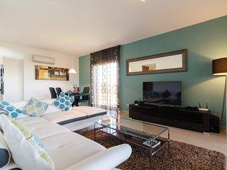 Mar da Luz apartment with private garden and pool