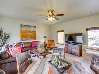 Luxury home w/ panoramic views, in-home theater & shared pool/hot tub!, Moab