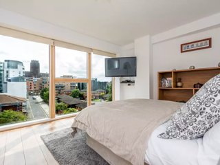 Luxury L1 Apt. Walk to all attrax w/ free parking!, Liverpool