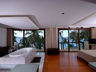 d'Vision - Room with indoor tub facing the beach