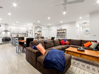 Luxurious Mansion Rosanna Heidelberg Ivanhoe 7-brm, 7 huge TVs, 2living areas