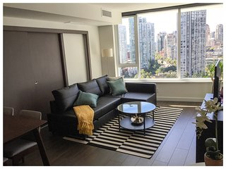 Modern 2 BDRM & 1 bath /w AC in Yaletown + parking