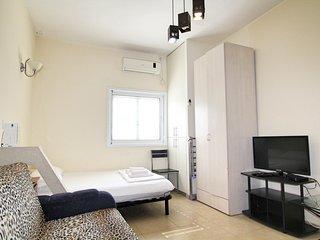 5 minutes to the sea! Cozy studio Rotshild 3342, Bat Yam