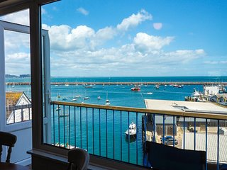 8 Dolphin Court - 2 bedroom, 1 bathroom top floor apartment with large balcony a