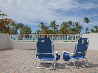Beachfront, breeze, wi-fi, free park, pool., Isla Verde