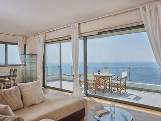 Elegant apartment, sea views close to beach, shops
