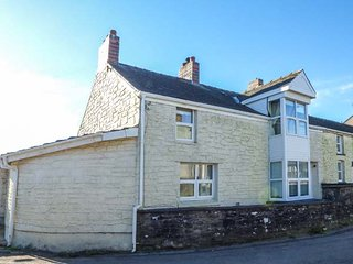 BRISTOL HOUSE, end-terraced, pet-friendly cottage, with en-suite and garden, in