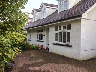 HOLYWELL, detached, pet-friendly, hot tub, sauna, gym, pool table, Llandeilo, Re