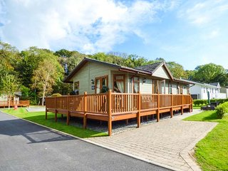 HEDDWCH, family-friendly, detached lodge, WiFi, close to beaches, Stepaside, Ref 941579