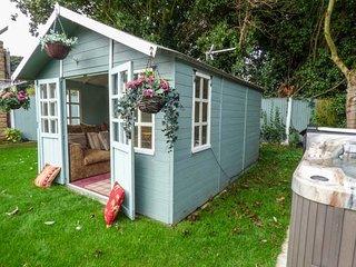 GREENRIGGS, romantic cottage, hot tub, gazebo in garden, pet-friendly, WiFi, woo