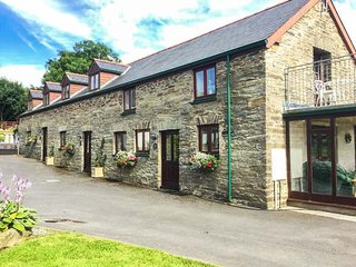 OAK COTTAGE, barn conversion, balcony with views, coservatory with comfy seating, Newcastle Emlyn, Ref 943683