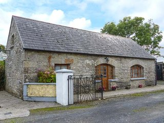 MONEEN COTTAGE, detached barn conversion, en-suite bedrooms, off road parking, Roscrea, Ref 946487, Tipperary