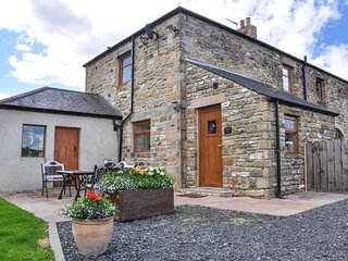 THE BARN COTTAGE, stone cottage, woodburner, WiFi, pet-friendly, near Hexham, Ref 916544