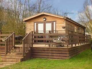 CEDAR LODGE, detached lodge on Tattershall Lakes Country Park, private hot tub,
