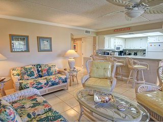 Sunny condo with shared pool, great location, and plenty of room!, Ilha de South Padre