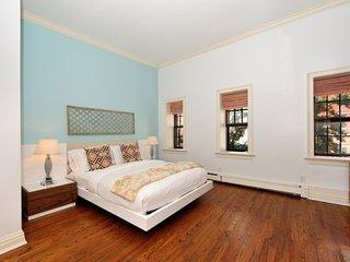 Huge 4BR/2.5BA Townhouse for 13 - Upper East Side! (100% Legal)