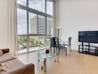 Light-filled condo with beach access and a shared pool, gym, and tennis!