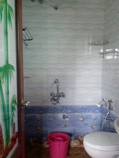 ANOTHER EN SUITE BATHROOM