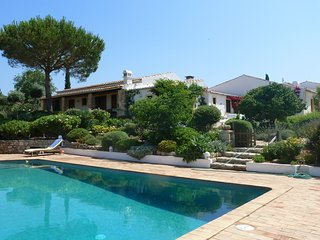 Gorgeous, 3-bedroom villa in sunny Algarve with WiFi, a furnished terrace and a swimming pool!, Algoz