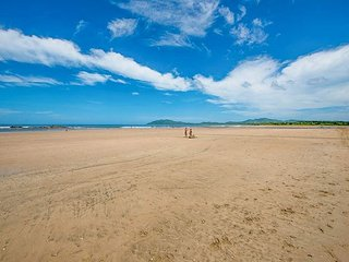 Moderm 2 bedroom condo, steps from the beach with wonderful ocean views, Tamarindo