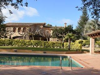 Masia  tradicional catalana con piscina