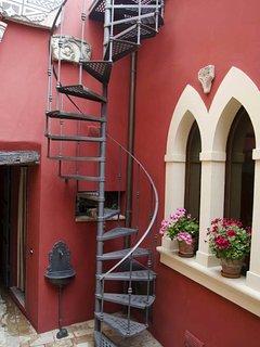 La scala che sale verso le terrazze