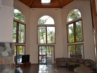 Amazing Modern Lakefront Chateau in Pocono's heart, East Stroudsburg