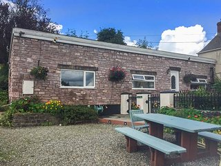 FFYNNONLWYD COTTAGE, all ground floor, off road parking, enclosed patio, near St. Clears, Ref 904205, Llangynin