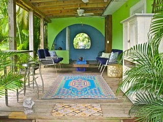 HAS ELECTRICITY!  Cozy Studio/ Walk2Beach/ Jungle Setting