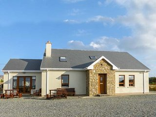 CARRICK COTTAGE, pet-friendly, garden, open fire, Derrybeg, Ref 943457, Bunbeg