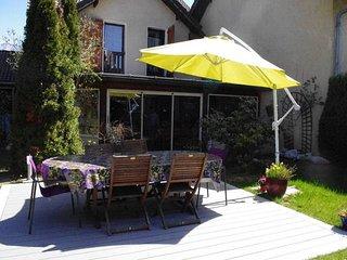 Jardin clos de 300M2, avec terrasse en composite , table et 6 chaises de jardin, avec un bassin.