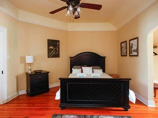 Large 1BR in Heart of French Quarter near Bourbon