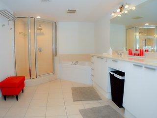 Big apartment 2Bed+Den - 3 Bath. Sunny Isles.