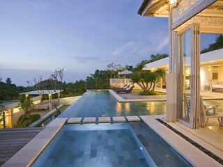 SLEEPS 10! STUNNING DESIGN & AMAZING OCEAN VIEWS, Jimbaran