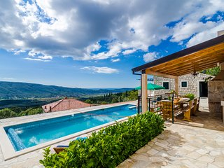 Villa Falcon Rook- Four-Bedroom Villa with Terrace, Dunave Krajnje